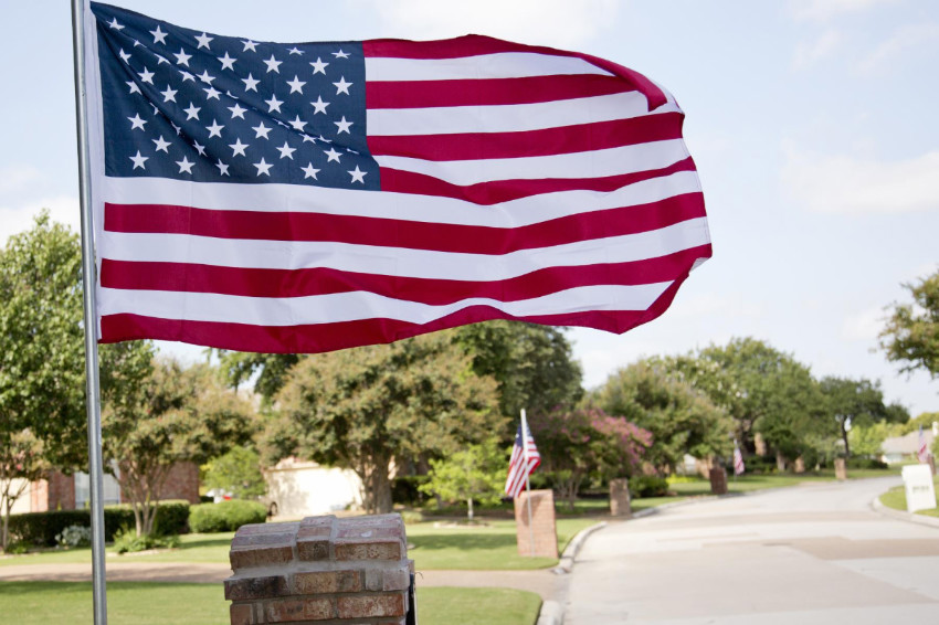 How to display the american flag at home the right way for Flag etiquette at home